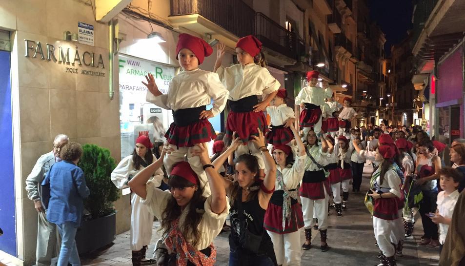 El Ball de Valencians de Reus entrant a la plaça del Mercadal aquest dissabte.