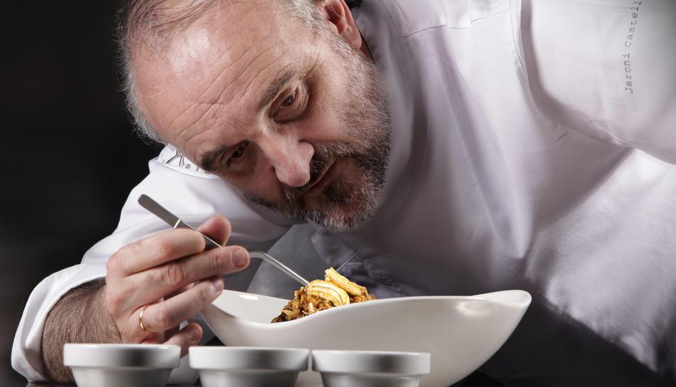 Jeroni Castells prepara un dels 'trampantojos' que han fet famós el seu restaurant