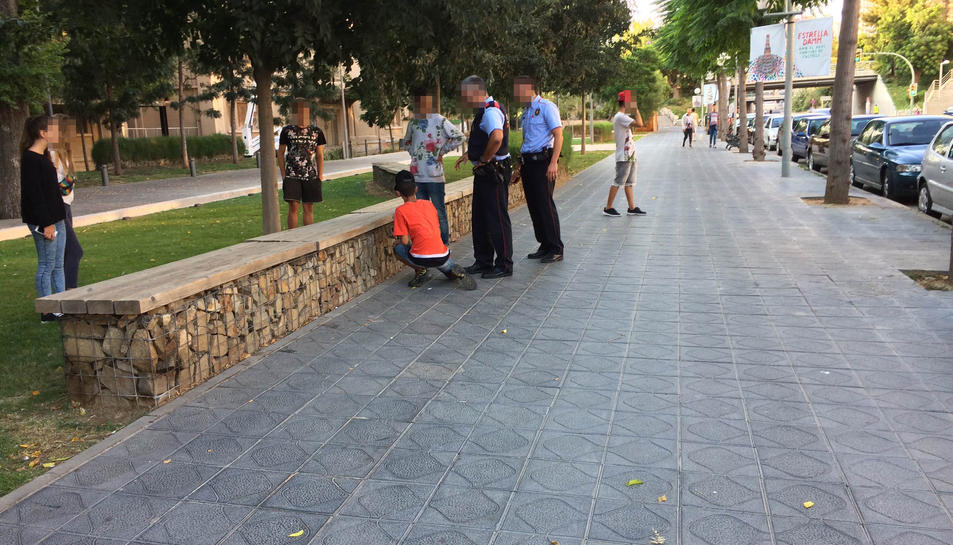 Els joves havien amagat mòbils robats entre les pedres.
