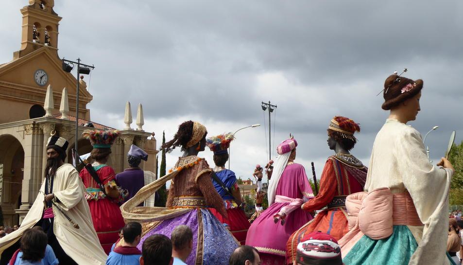 Els Gegants ballant davant el Santuari de Misericòrdia.