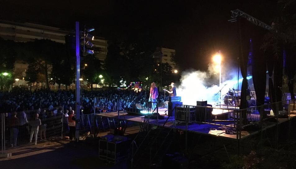 Un moment del concert a la plaça d'Anton Borrell.
