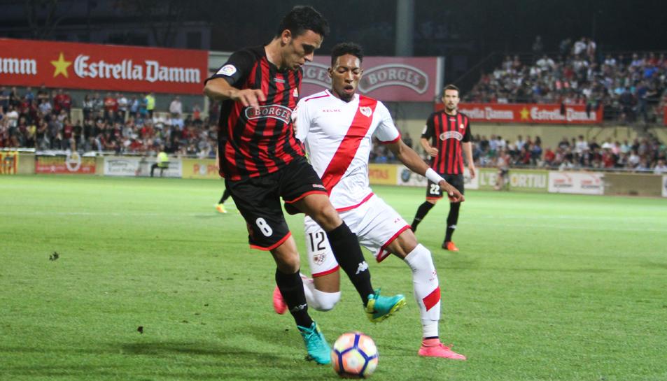 Ramon Folch disputa una pilota amb Mojica, un oponent del Rayo Vallecano, en la setena jornada.