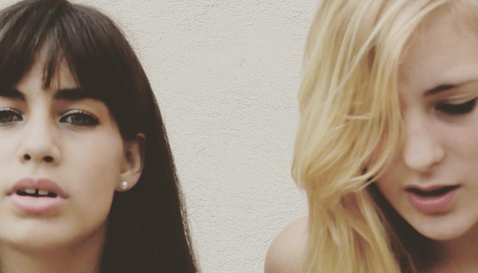 Les dues joves en un moment del videoclip de la cançó que han cantat conjuntament.