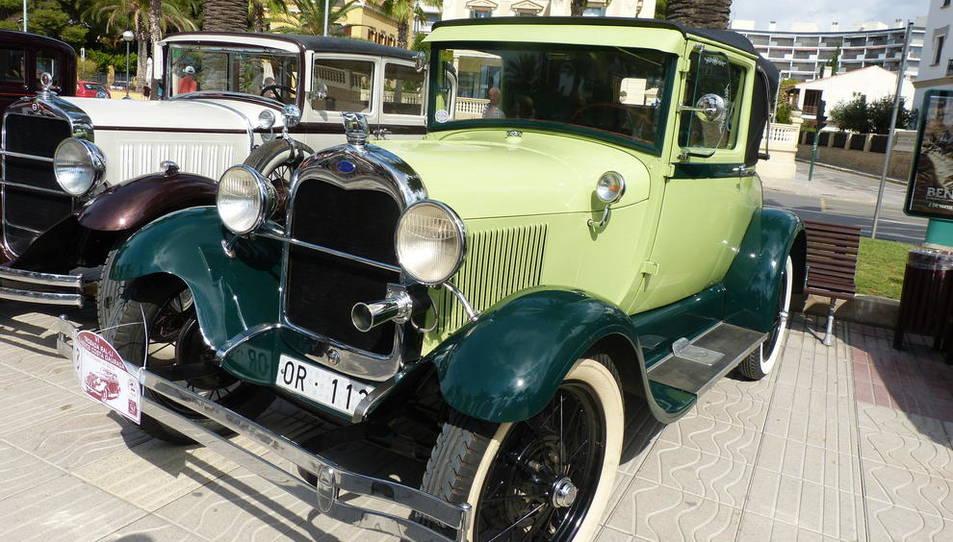 Un centenar de vehicles clàssicses van reunir el passat diumenge en el sisèRally Clàssics Costa Daurada de Salou.