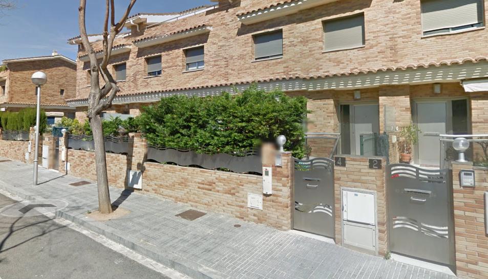 Els quatre individus es trobaven al carrer Escornalbou, davant de la casa, manipulant la xarxa.