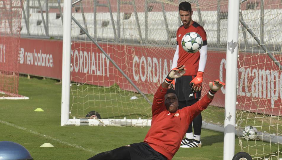Fabrice Ondoa, entrenant amb el primer equip del Sevilla, una situació que és habitual des de la seva arribada al club andalús.