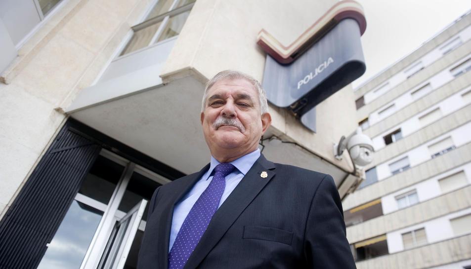 El comissari provincial diu que serà feliç a Tarragona, ahir somreia davant del 'seu' nou edifici.