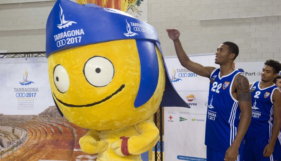 El jugador cebetista, Isaiah Harrison, comparant-se amb la mascota.