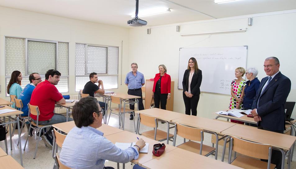 La directora dels Serveis Territorials d'Ensenyament de la Generalitat, Sílvia Rodes, juntament amb Carles Pellicer i