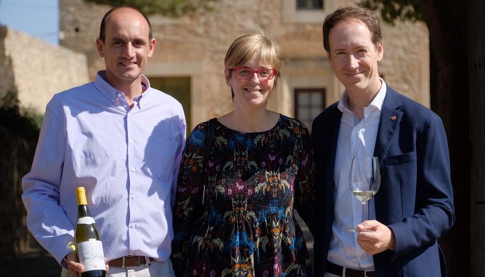 L'alcaldessa de Prades, Lídia Bargas, amb el director general de Cellers Torres, Miquel Torres (dreta) i el director de viticultura, Xavier Sort (esquerra), amb el vi 'Sons de Prades'.
