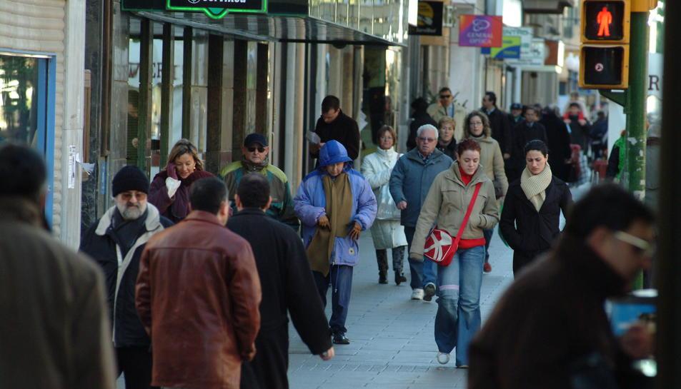 Imatge d'arxiu de persones passejant pel carrer.