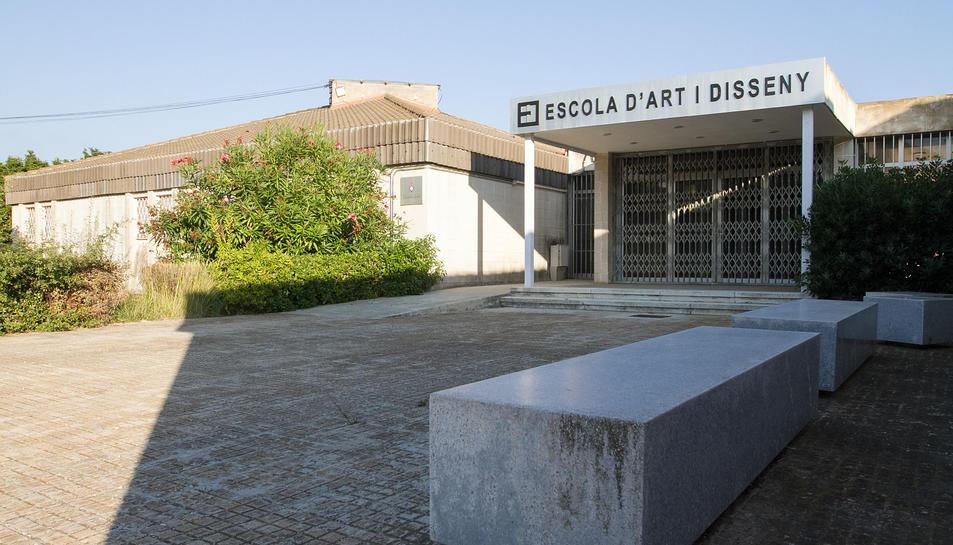 La façana de l'edifici que va acollir fins al febrer del 2015 l'Escola d'Art de la Diputació a Reus.