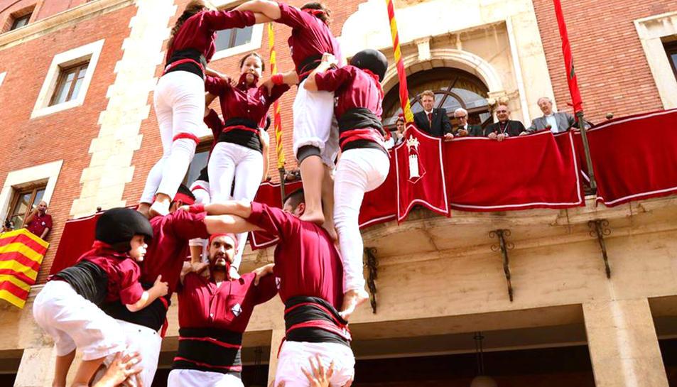Els Castellers de Tortosa aixecant un castell en la Diada de la Cinta amb les autoritats mirant des del balcó de l'Ajuntament. Imatge del 4 de setembre de 2016 (horitzontal)
