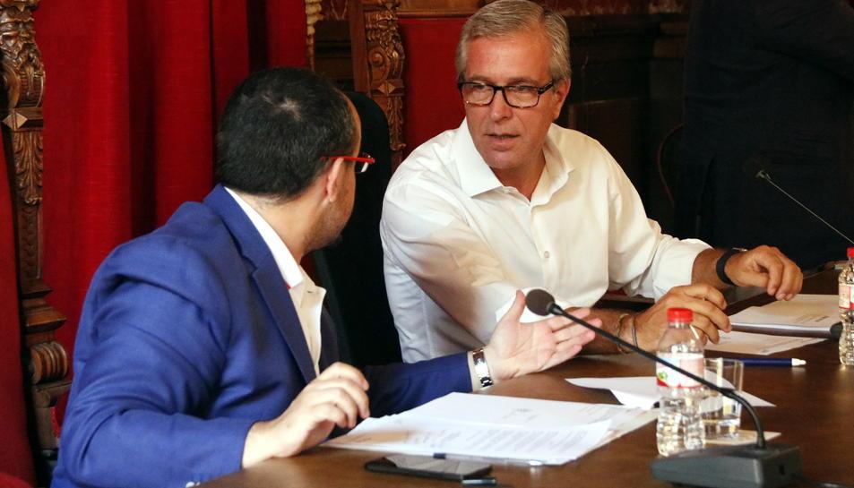 Pla mig de l'alcalde de Tarragona, Josep Fèlix Ballesteros, parla amb Alejandro Fernández, d'esquenes, durant el ple del 30 de setembre de 2016