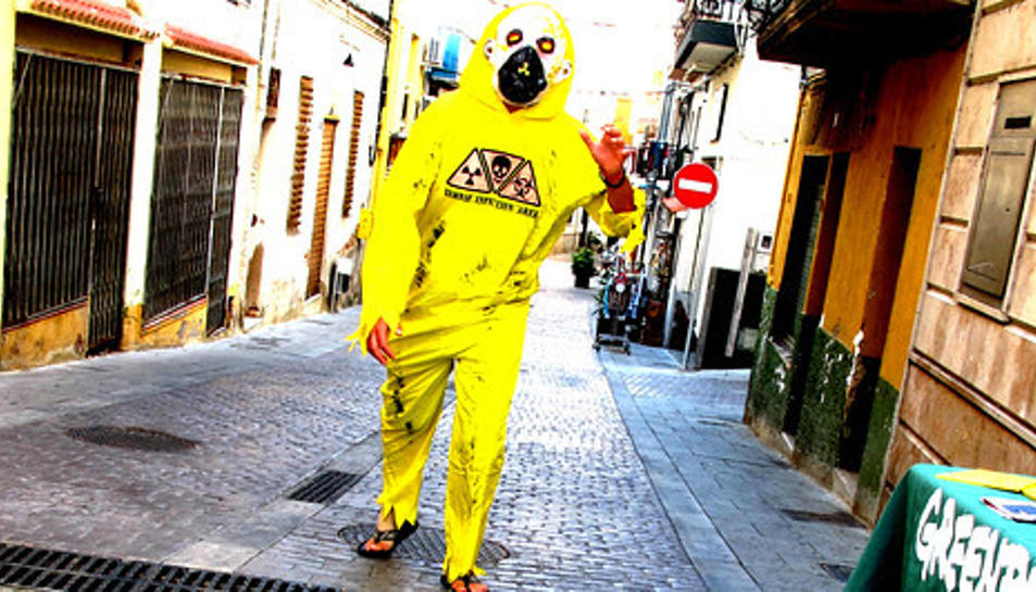 Un voluntari de Greenpeace vestit de zombi