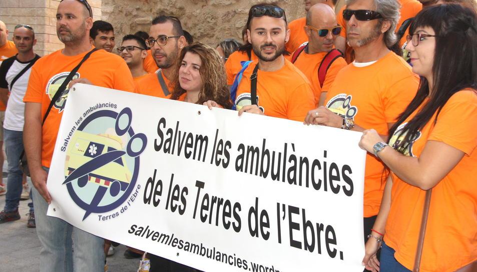 Treballadors del transport sanitari de les Terres de l'Ebre concentrats per la plataforma Salvem les Ambulàncies a la delegació del Govern a Tortosa.