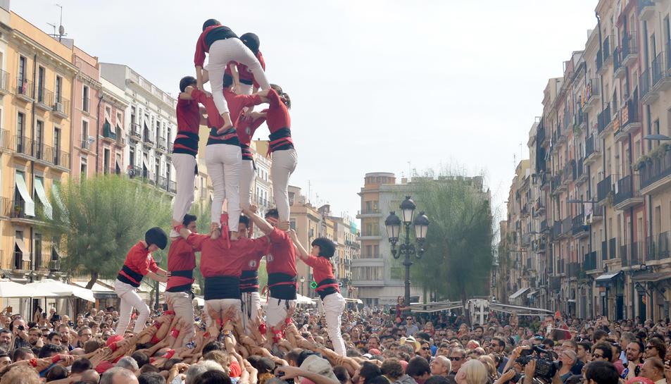 Una imatge de l'actuaió de les colles estrangeres a la plaça de la Font.