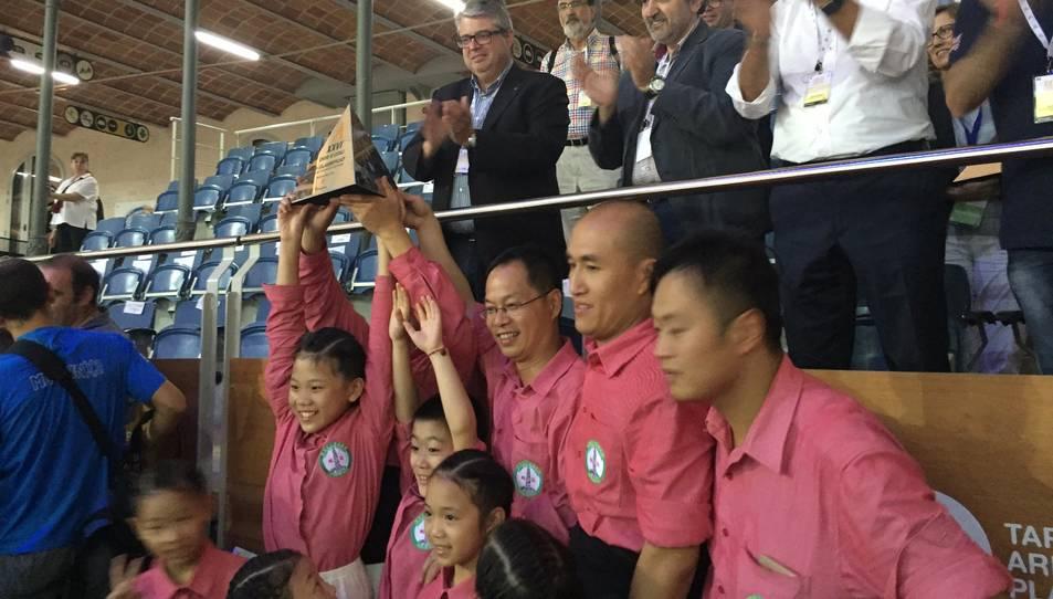 Els Xiquets de Hangzhou recollint el segon premi.