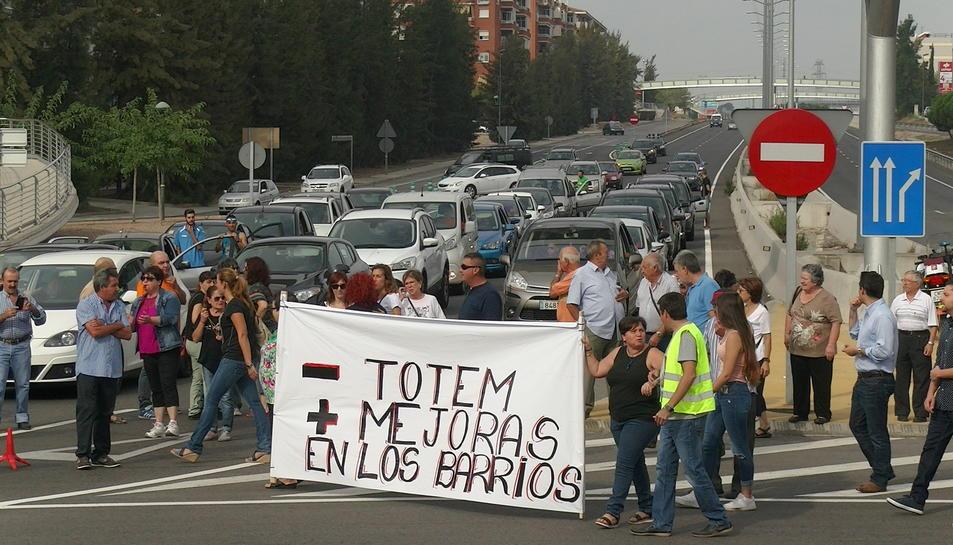 Els manifestants, amb els cotxes aturats de fons.