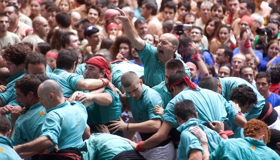 Els Castellers de Vilafranca celebrant el 3de10 amb folre i manilles descarregat a la primera ronda.