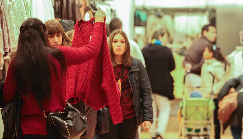 Clients en un establiment tèxtil, un dels sectors que ha general més ocupació.