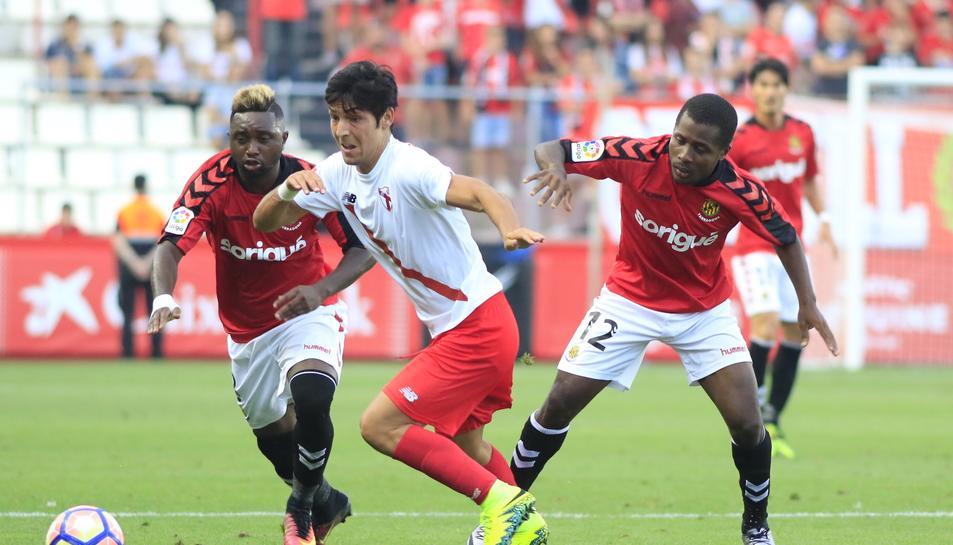 Madinda, a l'esquerra, contra el Sevilla Atlètic.
