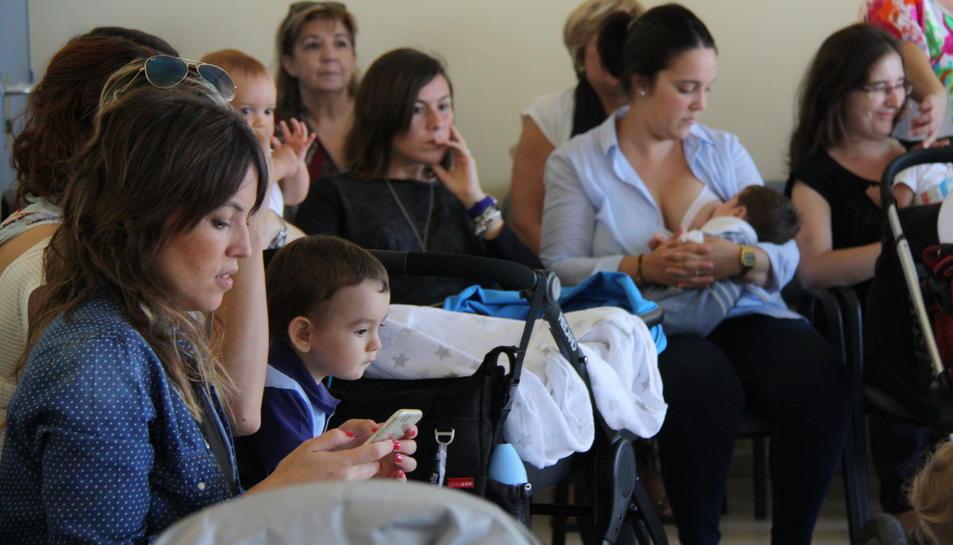 Pla obert de la trobada de mares a l'Hospital Verge de la Cinta de Tortosa amb una mare alletant el seu fill. Imatge del 2 d'octubre de 2016