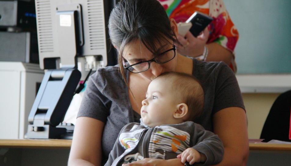 Pla mig d'una mare que fa un petó al seu nadó en la trobada de mares a l'Hospital Verge de la Cinta de Tortosa. Imatge del 2 d'octubre de 2016