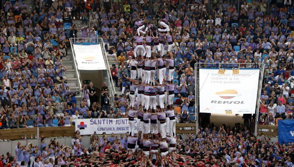 Pla general del 9 de 8 de la Jove de Tarragona descarregat en quarta ronda del Concurs de Castells, el 2 d'octubre de 2016