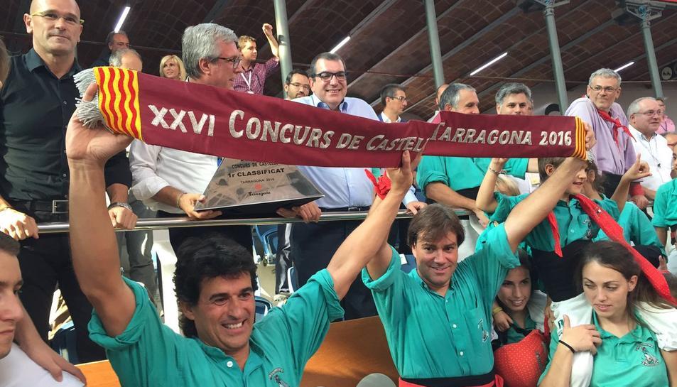 Els castellers de Vilafranca recollint el premi que els proclama guanyadors.