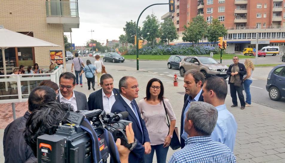 Alguns alcaldes van acompanyar el batlle a la porta com a mostra de suport.
