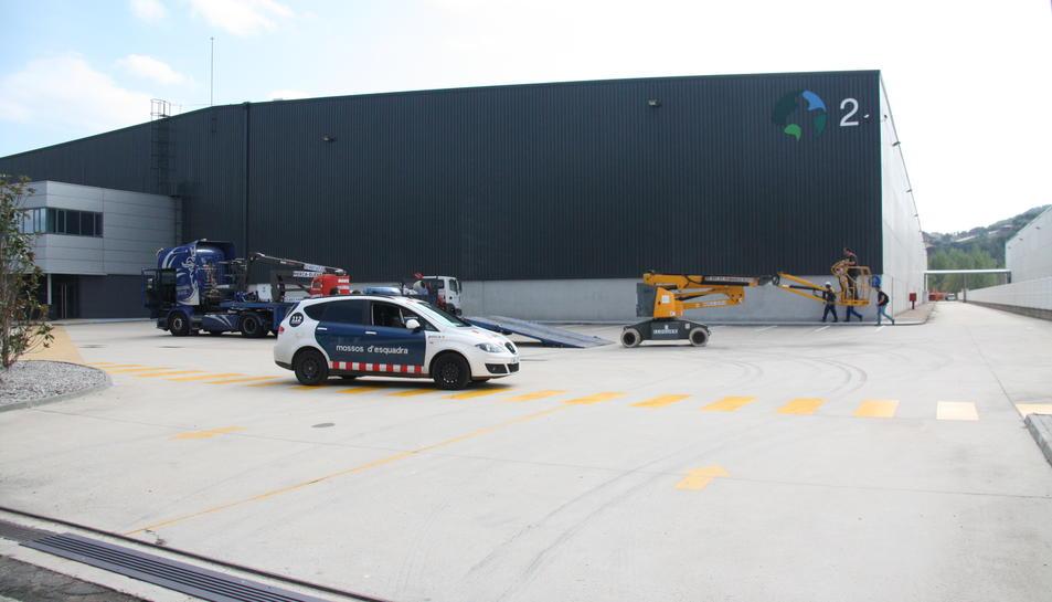 La façana de l'empresa amb un cotxe de mossos aquest migdia.