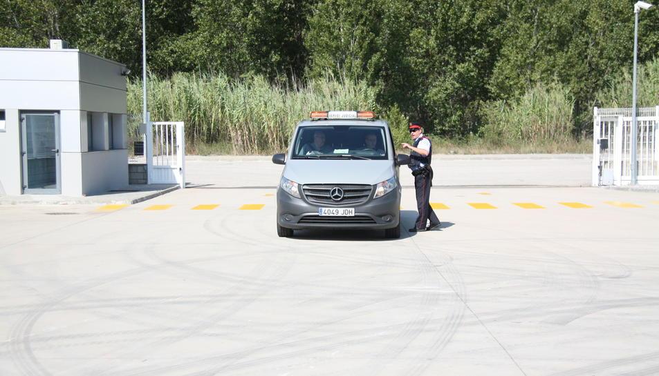 El vehicle de la funerària arribant a l'empresa.