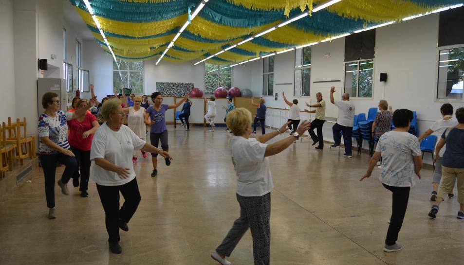 Els participants realitzant la gimnàstica matinal al Centre Cívic Ponent.
