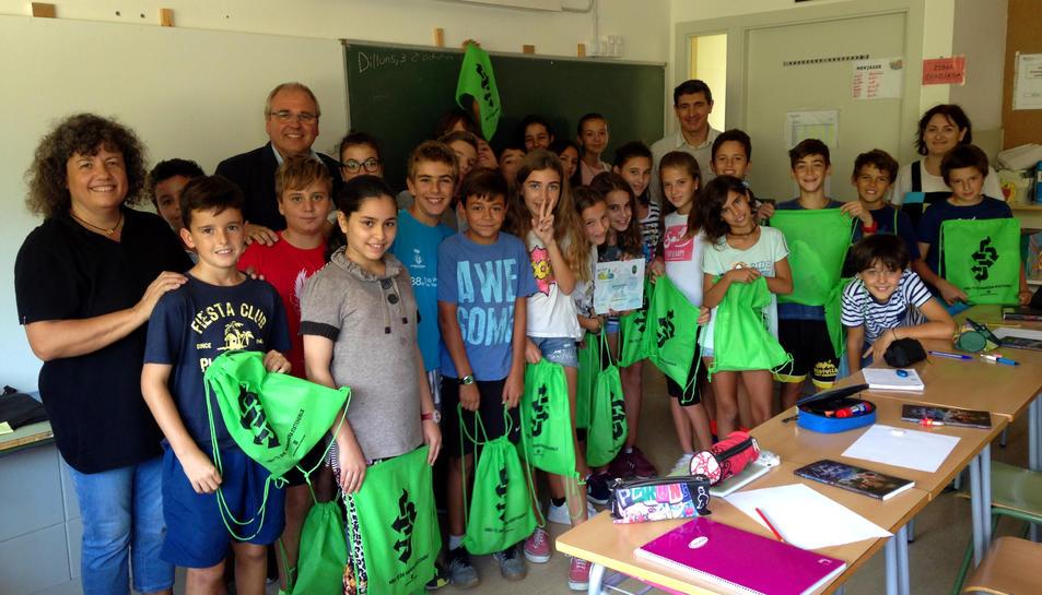 La classe de 6è de l'escola El Roquissar, guanyadora del premi Semàfor Verd.