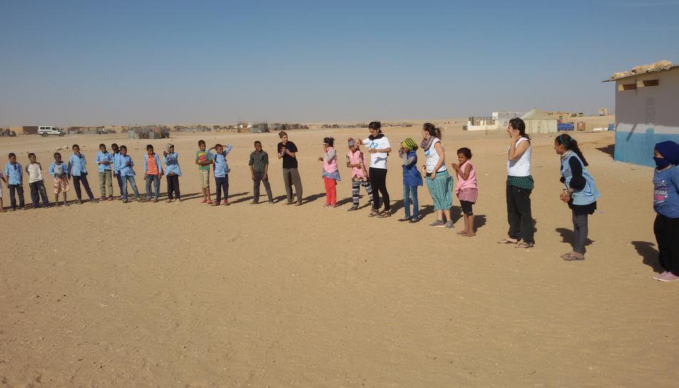 L'any passat, un nombrós grup de cooperants d'Una Finestra al Món van visitar Smara per fer activitats a les escoles.