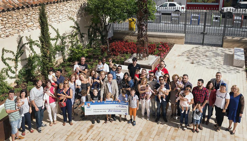 Foto de grup de les famílies beneficiades amb l'ajut juntament amb l'alcalde de la Canonja, Roc Muñoz.