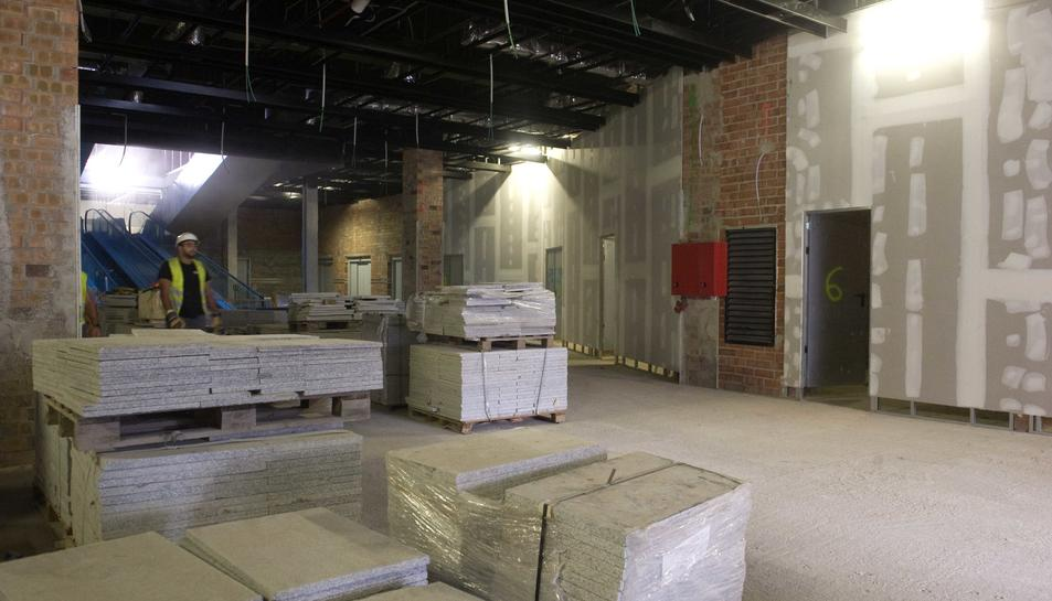 La planta subterrània del Mercat està ocupada per Mercadona i pels catorze locals comercials, encara per fer.