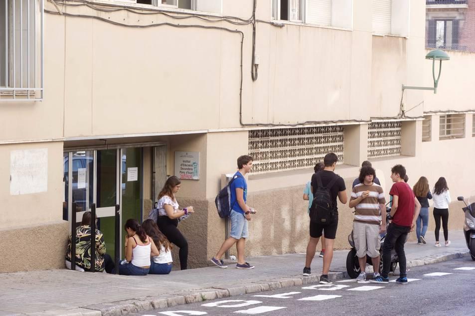 L'entrada d'accés al centre actual és la que es troba situada al carrer Assalt.