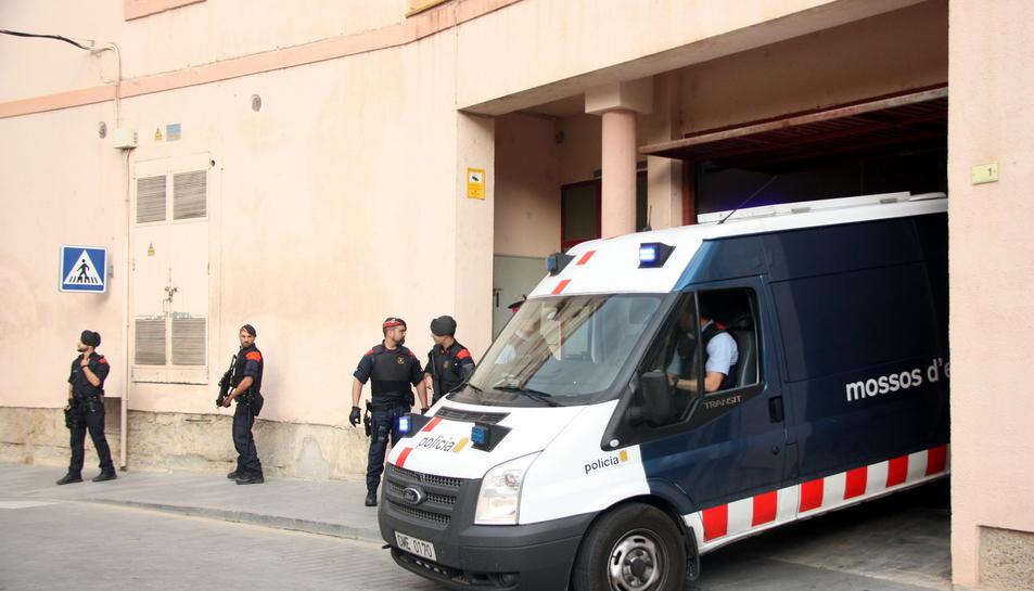 Agents dels Mossos d'Esquadra custodien el furgó policial que trasllada alguns dels detinguts, en l'operació antidroga de Deltebre, que entra dins de l'edifici dels Jutjats de Tortosa. Imatge del 5 d'octubre de 2016 (horitzontal)