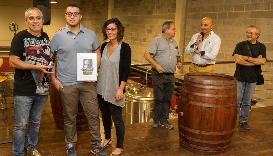 La fàbrica de la cervesa Rosita era l'escenari triat aquest dijous al vespre per presentar la nova etiqueta.