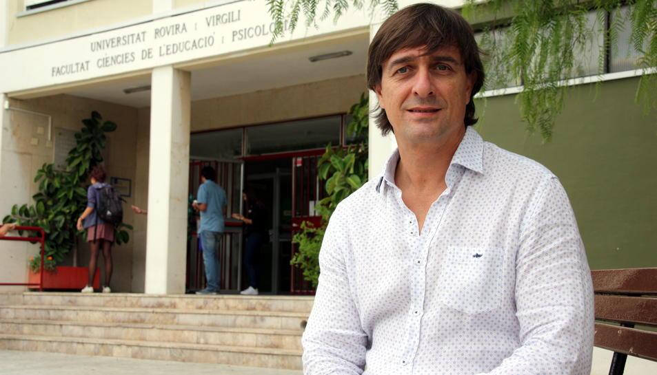 Pla mig del director de la Càtedra del Dolor Infantil de la URV, Jordi Miró, assegut davant la Facultat de Psicologia de Tarragona, durant l'octubre del 2016