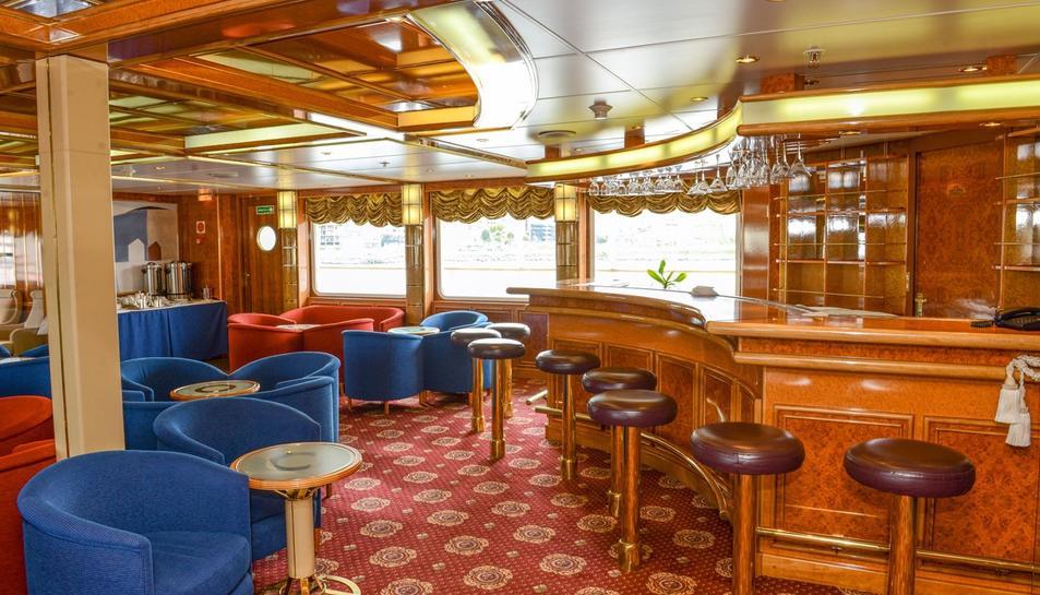 Zona de cafeteria del vaixell.