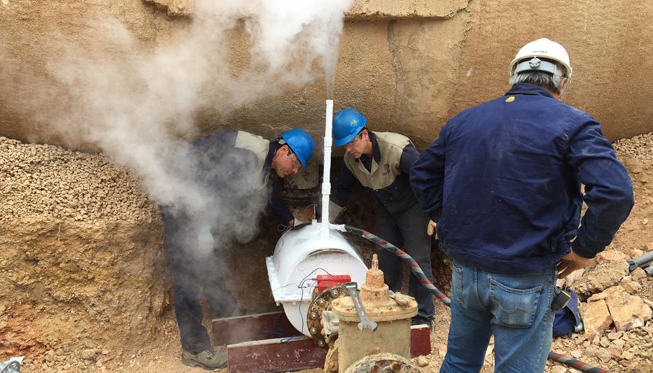 Els operaris realitzant la congelació criogènica en una de les canonades.