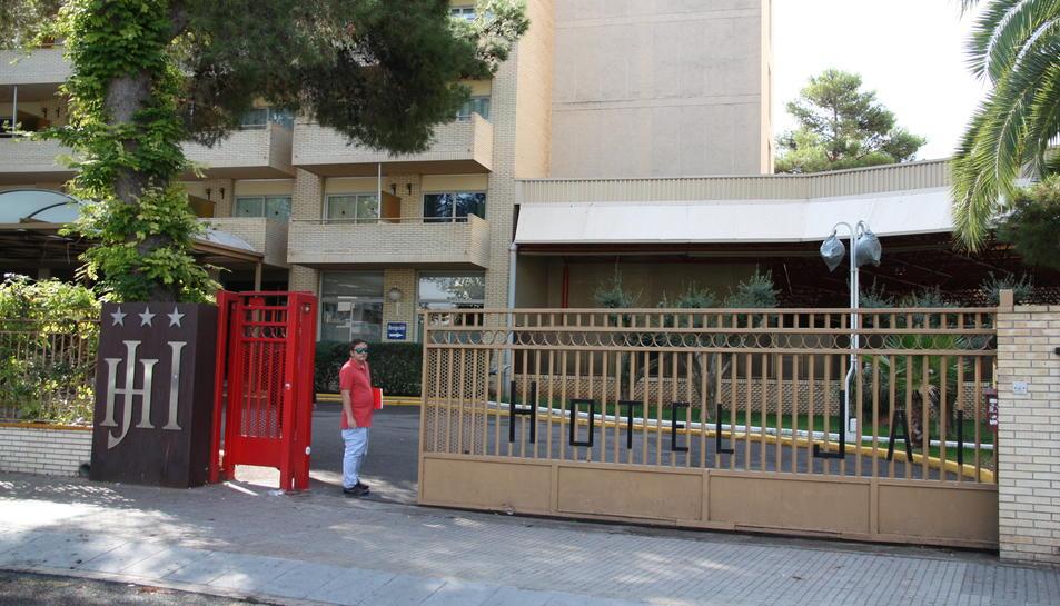 Una persona entra a l'Hotel Jaume I de Salou el 7 d'octubre de 2016