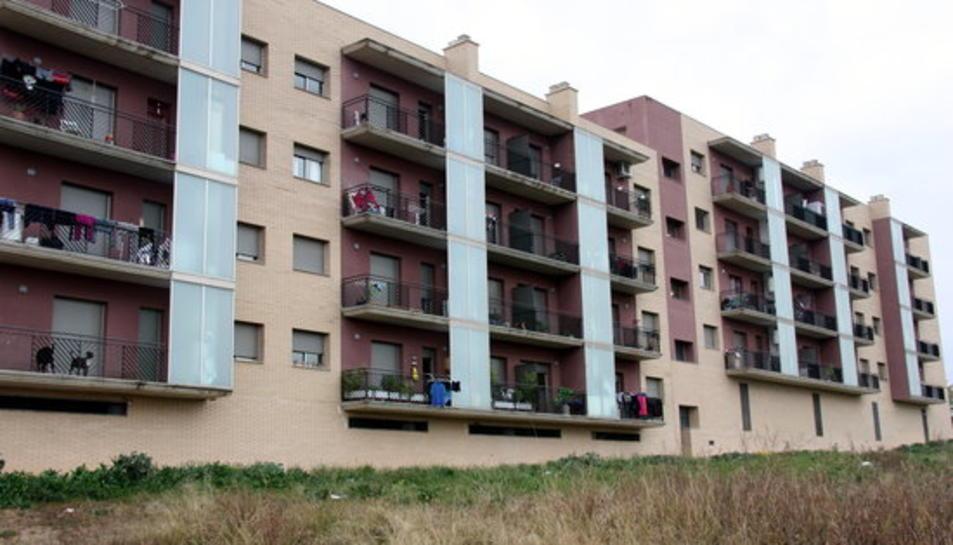 Imatge d'arxiu d'un bloc de pisos del carrer Prat de la Riba de Constantí.