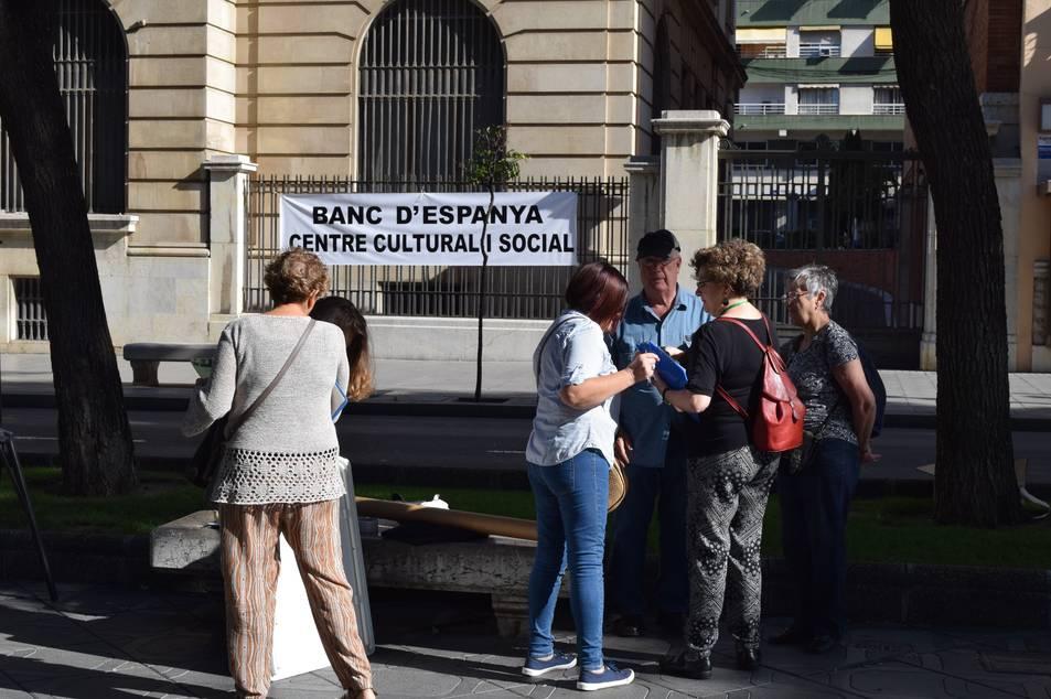 Membres de l'associació de veïns davant l'edifici del Banc d'Espanya