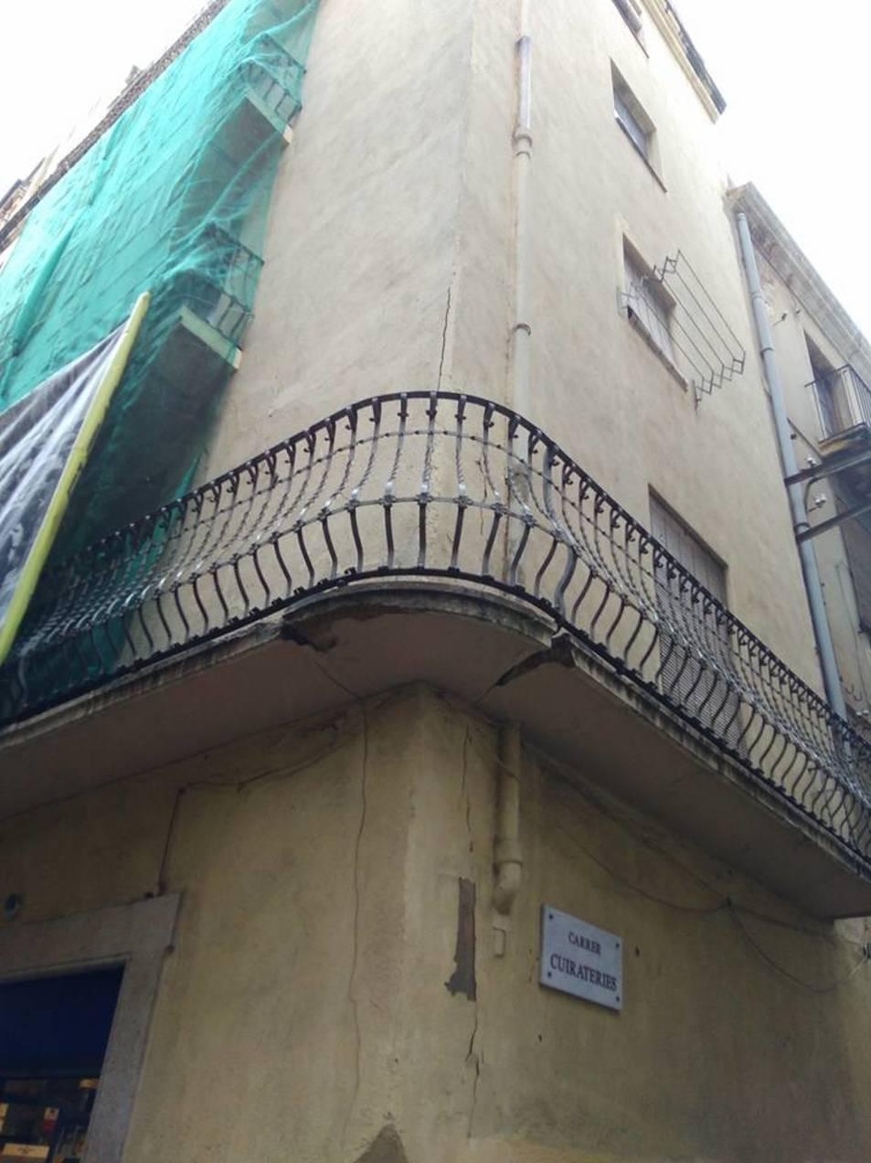 L'edifici, situat entre els carrers Major i Cuirateries, està en rehabilitació