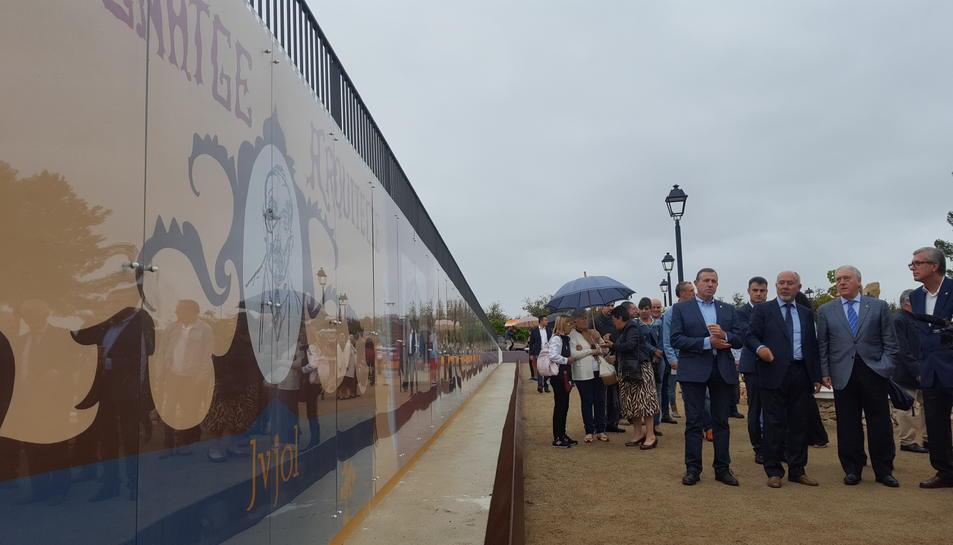 Les autoritats contemplen el mural dedicat a la figura de Jujol