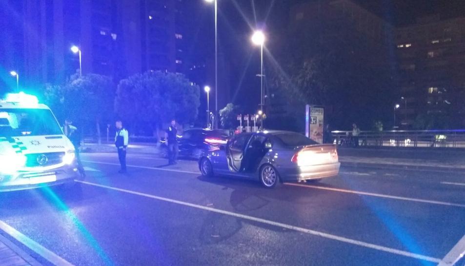 El vehicle afectat, un BMW, ha quedat situat situat al centre de la via amb un fort cop a la lluna davantera.